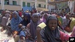 Des déplacées somaliennes attendant de recevoir une aide alimentaire