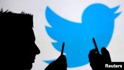 Según la encuesta realizada en EE.UU.casi 25% de los que tienen cuenta en Twitter envían por lo menos un tuit diario, mientras que 29% dice que nunca lo hace.