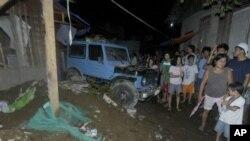 지진으로 무너져내린 가옥을 바라보는 주민들