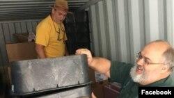 지난달 25일 미국의 구호단체 '조선의 그리스도인 벗들(CFK)' 관계자들이 북한 내 수도시설 설치 사업에 필요한 자재 등 지원물품을 컨테이너에 담고 있다. CFK 페이스북에 실린 사진.