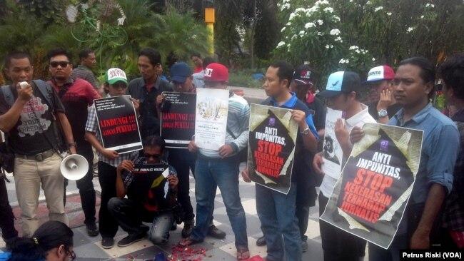 Aksi puluhan jurnalis di Surabaya mengecam aksi kekerasan oknum anggota TNI di Madiun, terhadap seorang jurnalis televisi di Madiun pada tahun 2016. (Foto:VOA/Petrus Riski).