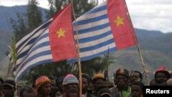 "Para pendukung Organisasi Papua Merdeka (OPM) membawa bendera ""Bintang Kejora"" di Paniai Timur, Papua, 17 Oktober 2008. (Foto: dok)."