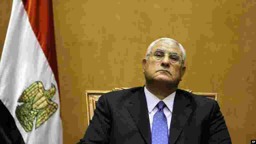 2013年7月4日,埃及宪法法院院长曼苏尔宣誓就任埃及临时国家元首。