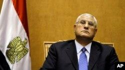 이집트 임시 대통령으로 공식 취임한 아들리 만수르 헌법재판소 소장이 4일 대통령 선서를 준비하고 있다.