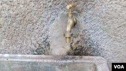 L'eau coule d'un robinet à Bouaké, 28 juin 2017. (Siriki Barro)