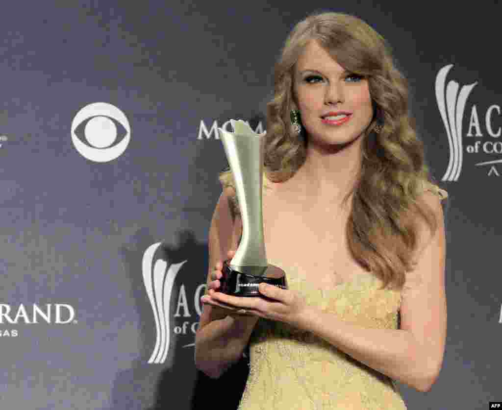 """English Through Music: Taylor Swift's Song, """"Mean"""""""