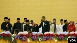 ປະທານາທິບໍດີ Barack Obama ຍົກຈອກດື່ມອວຍພອນກັບ ກະສັດ Abdul Halim ທີ່ພະລາດຊະວັງ Istana Negara ນະຄອນກົວລາລຳເປີ