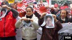 示威者在日本交流协会门口抗议 (美国之音 黄耀毅拍摄)