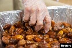Umat Muslim menyiapkan makanan berbuka pada hari keenam Ramadan di Dar Al Hijrah Islamic Center di Falls Church, Virginia, 11 Mei 2019. (Foto: Reuters)