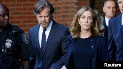 فلیسیتی هافمن همراه با شوهرش ویلیام اچ میسی در حال ترک دادگاه فدرال پس از صدور مجازات. بوستون، ماساچوست - ۱۳ سپتامبر ۲۰۱۹