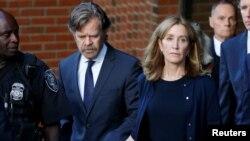 Фелисити Хаффман покидает здание суда вместе с мужем.