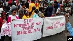 Aksi protes warga Papua di Manokwari menuntut dihentikannya Intimidasi dan Rasisme terhadap warga asli Papua, Senin (19/8).