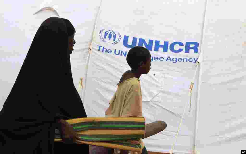 刚刚到达的一家难民走进巴莱定居点。这个定居点距离肯尼亚和索马里边界附近的达达阿布的IFO难民营不远的地方