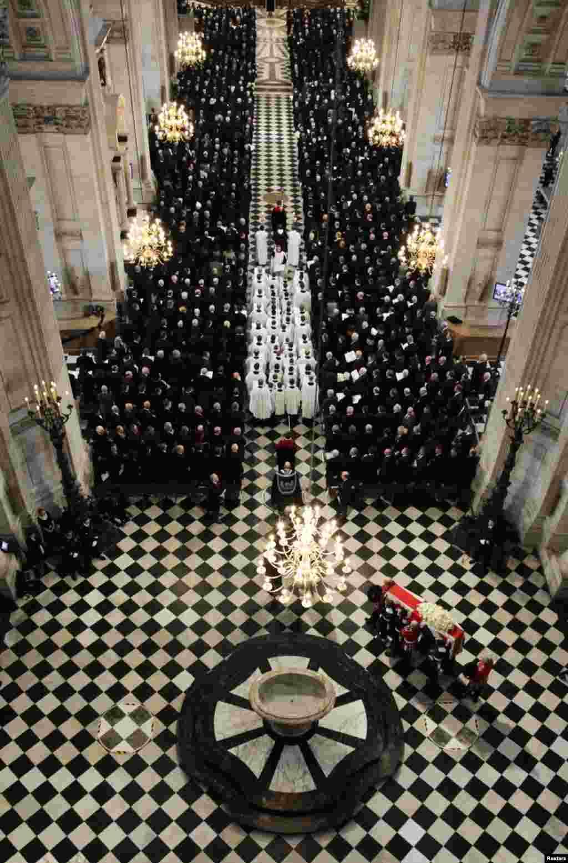 سنٹرل لندن میں تابوت کی گزرگاہ کے کنارے ہزاروں افراد جنازے کے جلوس کو دیکھنے کے لیے کھڑے تھے۔