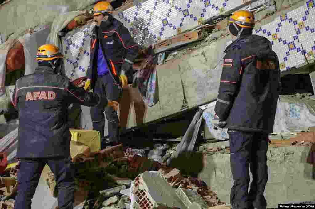 Elazığ'da yardım görevlileri yıkılan binada sağ kalanlara ulaşmaya çalışıyor (Fotoğraf: Mahmut Bozarslan - VOA Türkçe)