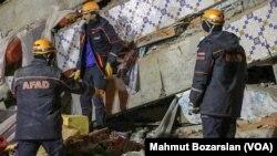 Petugas SAR berjuang untuk mencari orang yang selamat saat gempa berkekuatan 6,8 SR melanda kota Elazig, Turki timur. (Foto: VOA/Mahmut Bozarslan)