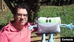 O jornalista Valter Aguiar e o mascote do DX Clube do Brasil, Sintonildo
