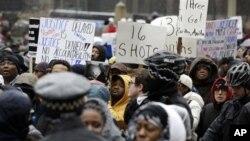 Người biểu tình trên đại lộ North Michigan, Chicago, ngày 27/11/2015.