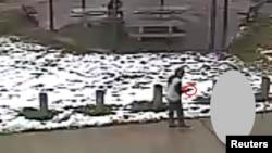 Tamir E. Rice (12 tahun) terlihat memegang senjata mainan di taman bermain Cudell di kota Cleveland, Ohio sebelum ditembak oleh polisi hari Sabtu (22/11).