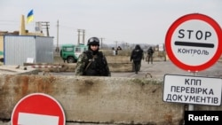 Ukrajinski vojnik na kontrolnom punktu blizu granice sa Krimom