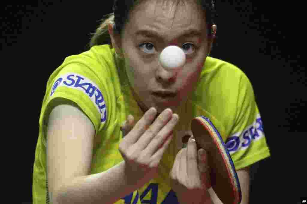 صحنه ای از مسابقه بازیکن ژاپنی با رقیبی از چین در مسابقات قهرمانی تنیس روی میز آسیا در اندونزی.