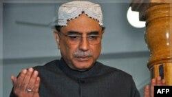 Pakistanski predsednik Asif Ali zZardari odaje poštu ubijenoj supruzi, bivšoj premijerki Benazir Buto