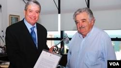 El anuncio se produjo tras la reunión mantenida en Montevideo por el presidente José Mujica y el canciller Luis Almagro con el embajador palestino en Argentina Walid Muaqqat.