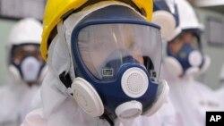 Caroline Kennedy vestida con traje y casco protectores en la central nuclear de Fukushima.