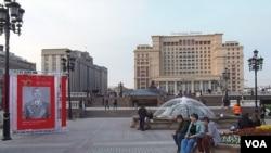 去年5月9日胜利日庆祝活动时,装点之后的莫斯科市中心。 (美国之音白桦拍摄)