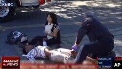 Une victime est assistée à l'extérieur d'un centre des services sociaux du sud de la Californie à San Bernardino, où selon les autorités, plusieurs personnes ont été tuées, 2 décembre 2015.