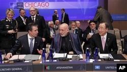 나토 정상회의에 참석 중인 하미드 카르자이 아프가니스탄 대통령(가운데), 아네르스 포 라스무센 나토 사무총장(왼쪽)과 반기문 유엔 사무총장(오른쪽).