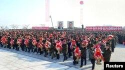 북한 강원도 원산시에서 23일 김일성 주석과 김정일 국방위원장의 새 대형동상 제막식이 열렸다.