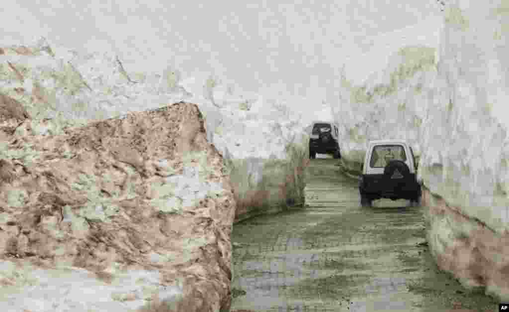 در آستانۀ تابستان نیز جاده های سرینگر در کشمیر زیر ادارۀ هند پوشیده از برف است.