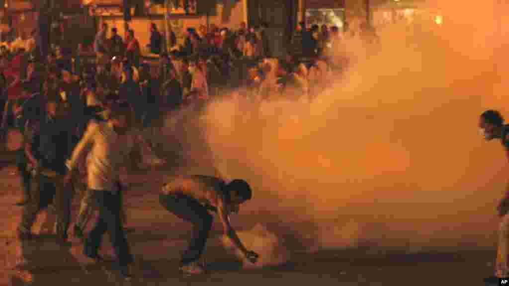 د قاهرې په تحریر میدان کې لاریون کونکي پر پولیس د اوښکي بهونکي لاسي بم د اچولو په حال کې. د ۲۰۱۱ کال د جون ۲۹