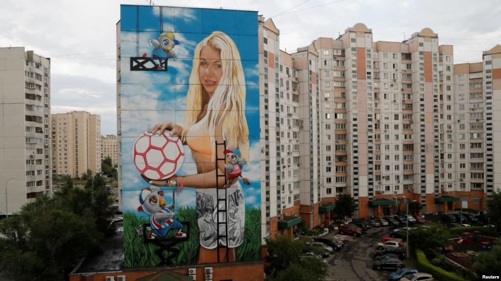Hình ảnh cô Daria Panteleeva trên tòa nhà 12 tầng ở Moscow.