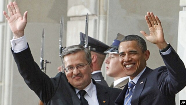 US. President Barack Obama (r) and his Polish counterpart Bronislaw Komorowski greet the press after arrival at the Presidential Palace in Warsaw, Poland, May 27, 2011