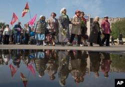 乌克兰斯洛文斯克民众5月1日在中心广场游行庆祝五一国际劳动节