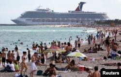 미국 플로리다주 마이매이 사우스 비치에서 관광객들이 해수욕을 즐기고 있다.