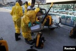 工人準備在里約熱內盧的一座體育館噴灑殺蟲劑(2016年1月26日)