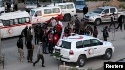 Hama ilinde tahliye görevindeki ambulans ve otobüsler