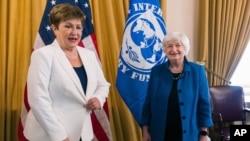 La secretaria del Tesoro, Janet Yellen, y la directora del FMI, Kristalina Georgieva, hablan durante su reunión en el Departamento del Tesoro en Washington, el jueves 1 de julio de 2021.