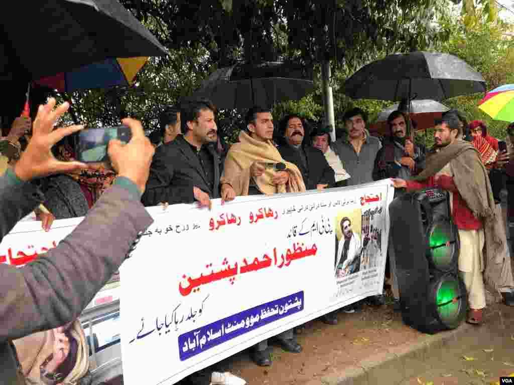 اسلام آباد میں احتجاج کے دوران مارچ کرنے کی کوشش پر پولیس نے پی ٹی ایم کے رکن قومی اسمبلی محسن داوڑ سمیت 12 سے زائد افراد کو گرفتار کر لیا ہے۔
