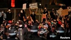 Cảnh sát New York đối diện với người biểu tình đòi công lý cho George Flyod hôm 2/6
