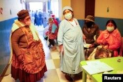 Trabajadoras de mercados y restaurantes reciben la vacuna contra ell COVID-19 en La Paz, Bolivia, el 10 de agosto de 2021.