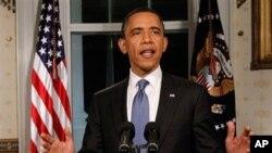 صدر براک اوباما وائٹ ہاؤس کے بلیو روم میں کانگریس کے رہنماؤں کے درمیان سمجھوتے پر اظہار خیال کرتے ہوئے۔