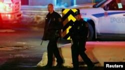 Policiers en patrouille près de la mosquée de Québec, après la fusillade du dimanche 29 janvier 2017.