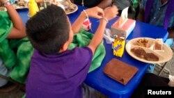 Un niño indocumentado en un refugio temporal en la base naval del condado de Ventura, en Port Hueneme, California.