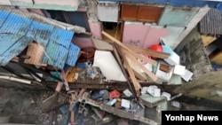 장마전선과 태풍 '난마돌'의 간접 영향으로 남해안에 많은 비가 내린 4일 부산 남구 주택 담장이 무너지면서 골목길을 덮쳤다.