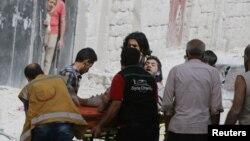 因阿勒颇市遭空袭而受伤的一名男子正被担架抬出来(2016年9月21日)