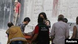 因阿勒頗市遭空襲而受傷的一名男子正被擔架抬出來(2016年9月21日)